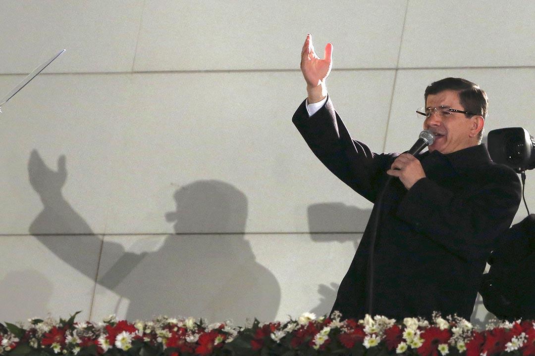 土耳其總理艾哈邁德·達武特奧盧向聚集在執政的正義與發展黨總部外面的支持者致敬。攝 : Burhan Ozbilici/AP