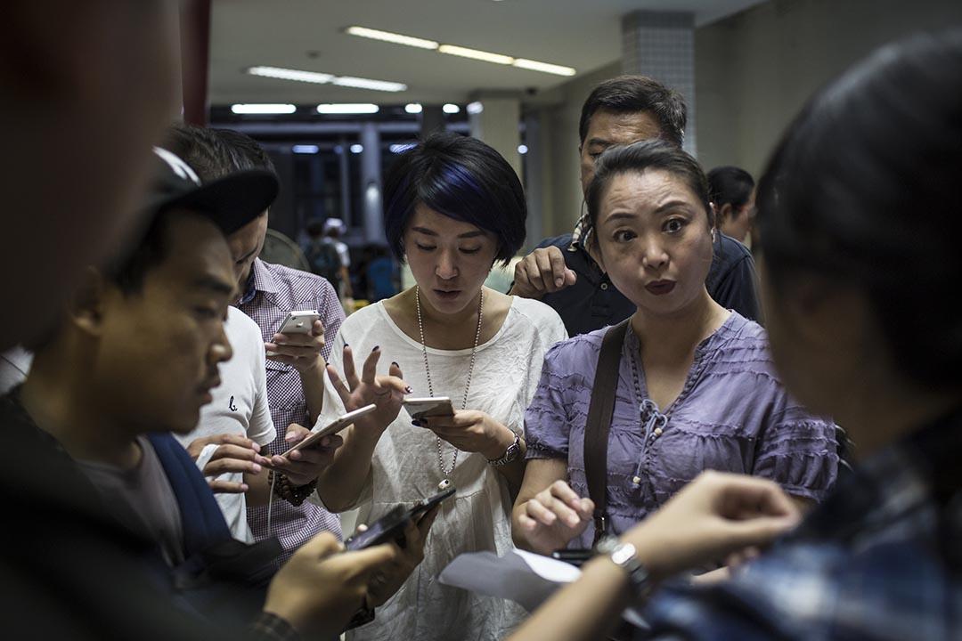 親屬於大爆炸發生後在曼谷一所醫院等候死傷者的消息。攝:Mathieu Willcocks/端傳媒