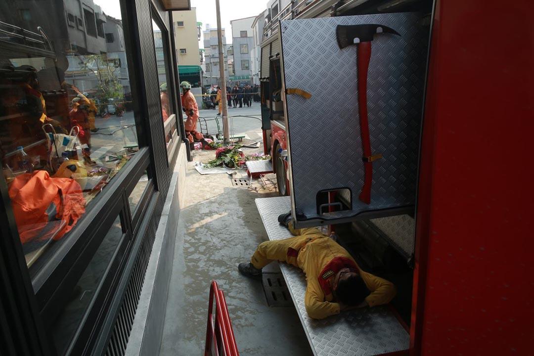 一名救援人員在消防車上休息。攝 : 徐翌全/端傳媒