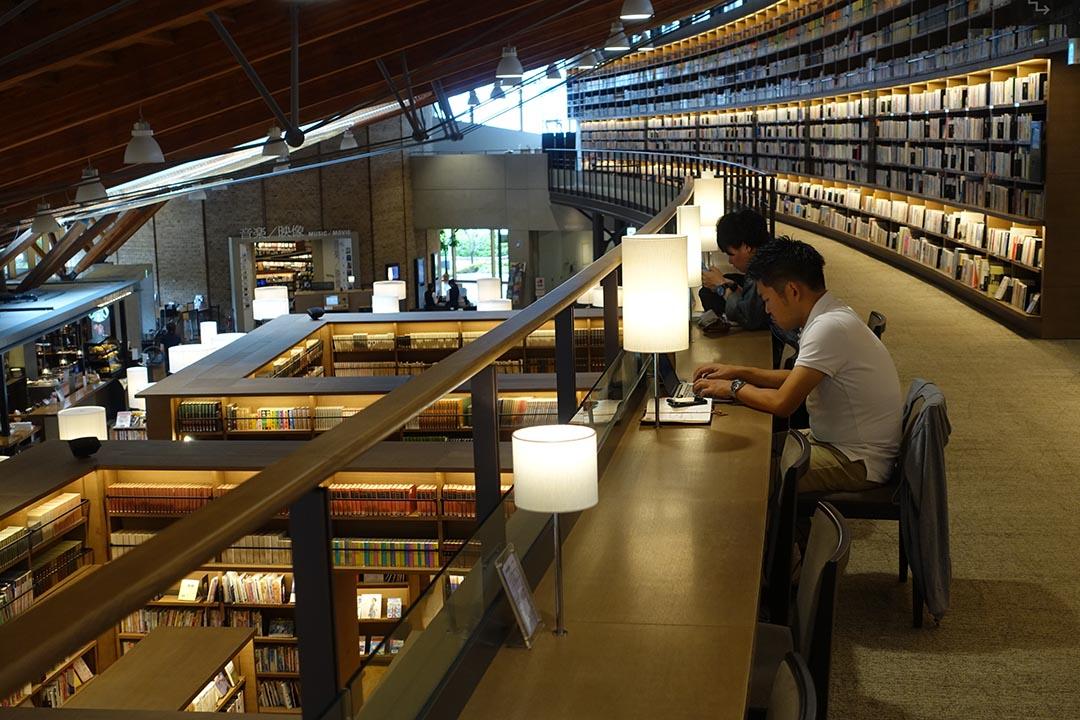 人們在武雄市圖書館裏安靜地閱讀。攝:林琪香