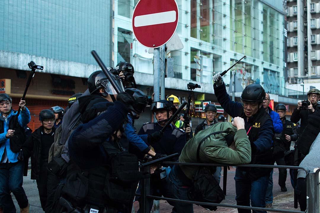 2016年2月9日,香港旺角, 警方以武力制服示威者。攝:盧翊銘/端傳媒