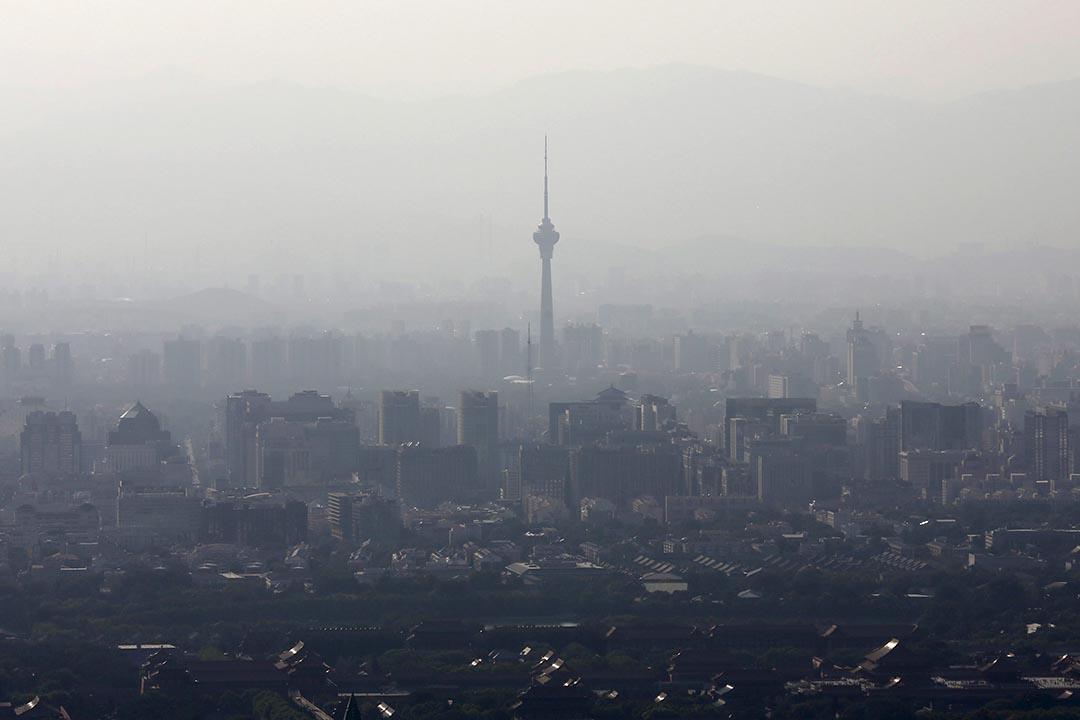 中國北京,站立在霧霾中的商業大樓。攝 : Kim Kyung-Hoon /REUTERS