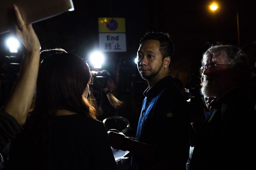2015年10月15日,於去年佔中期間疑遭七名警察襲擊的曾健超,被落案控以襲警及拒捕共五罪,案件下周一於東區裁判法院提堂。攝:盧翊銘/端傳媒