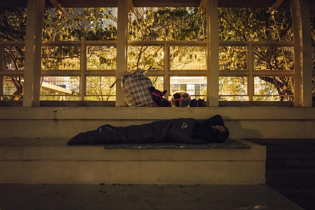 以體育場為家的阿寶在看台上睡覺。攝 : Anthony Kwan/端傳媒