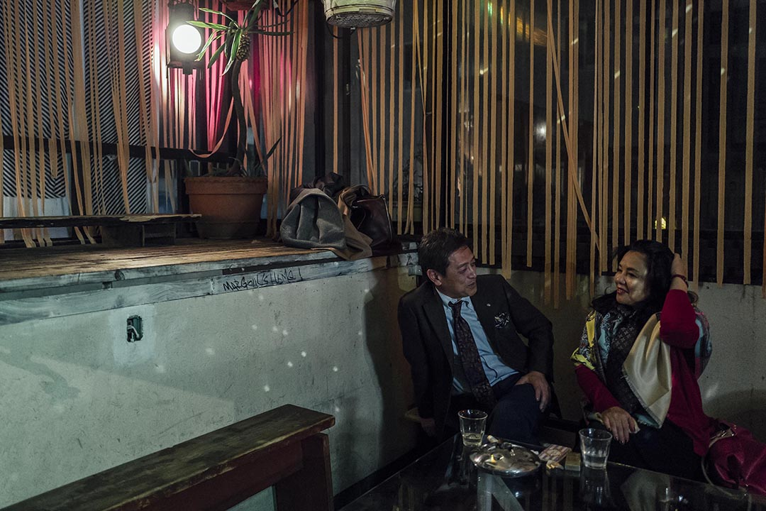一雙男女在酒吧內聊天。攝 : Anthony Kwan/端傳媒