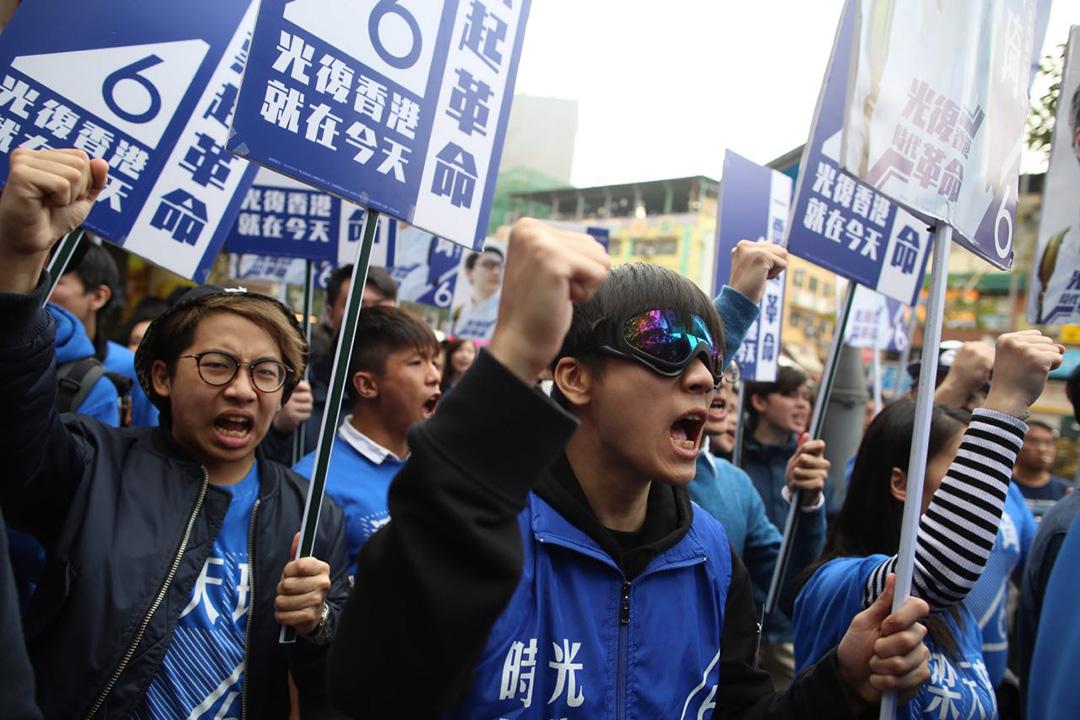 2016年2月28日,本土民主前線支持者身穿藍色衛衣,戴着眼罩,在上水區為梁天琦拉票。攝:羅國輝/端傳媒