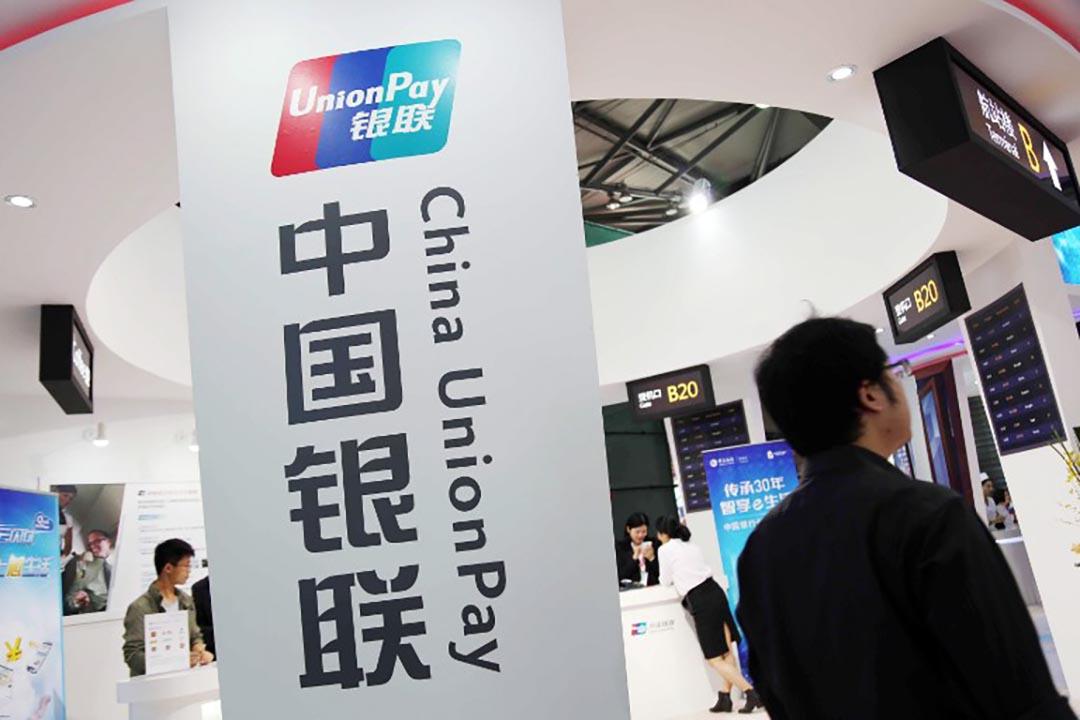 銀聯國際(Union Pay International)在2016年2月向公眾重申一項規定:使用銀聯卡在中國境外(含香港)購買保險,單筆刷卡金額不得超過5000美元。攝 : Imaginechina