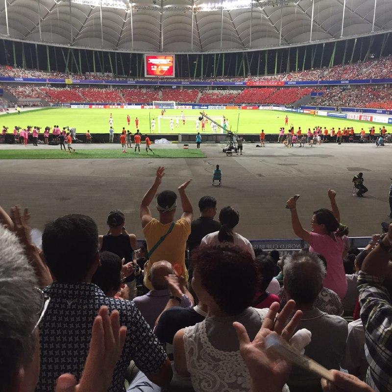 香港隊球迷歡呼喝采。