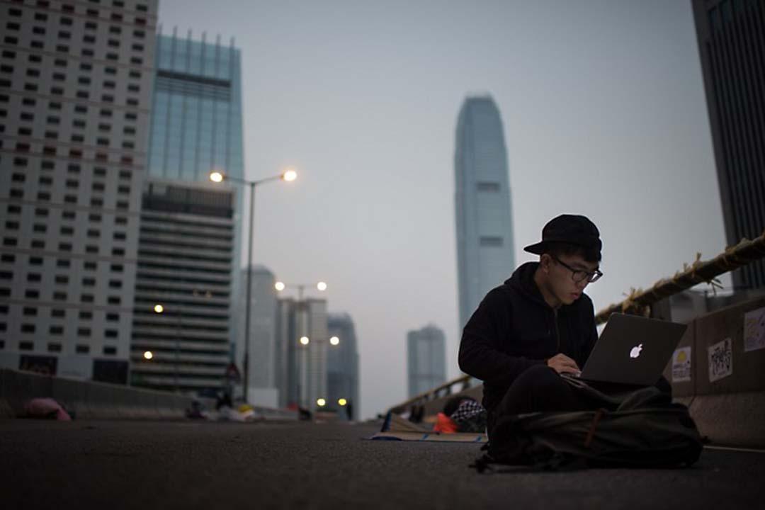 一名年輕人在使用電腦。攝:Ed Jones/AFP