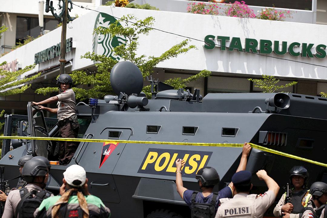 警方派出裝甲車到現場支援。攝:Darren Whiteside/REUTERS