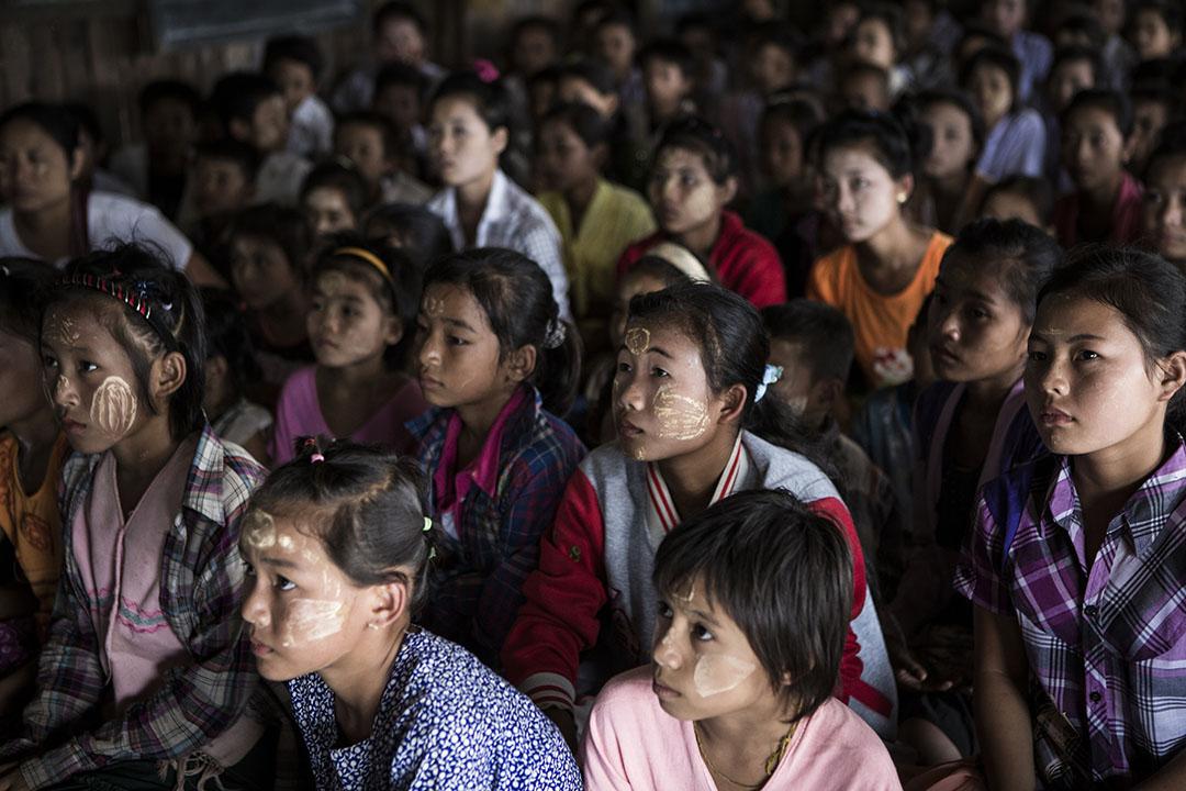 小孩們等待給予日用品和衣服。攝 : Mathieu Willcocks/端傳媒