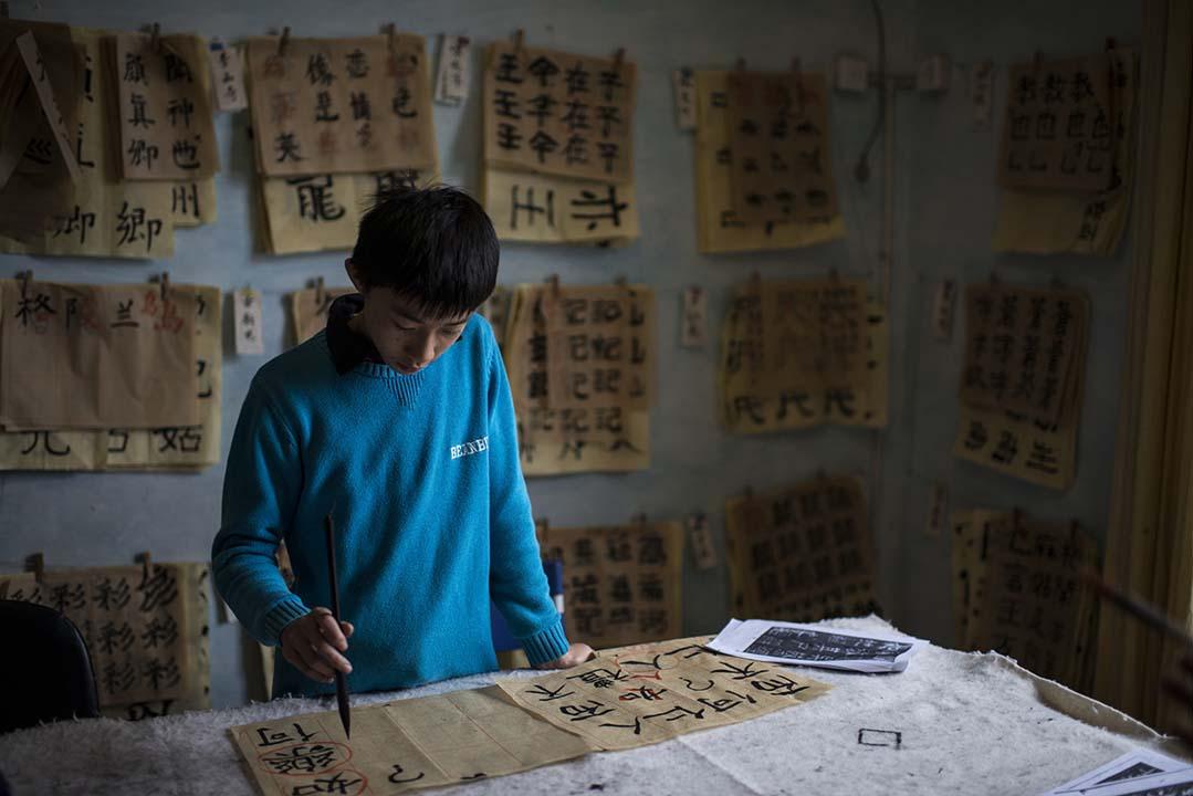 一個同學在練習毛筆字。攝:Wu Yue/端傳媒