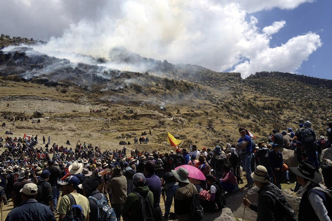 2015年9月28日,秘魯礦區民眾抗議工程污染水源,期間與警察衝突,4人死亡。秘魯政府宣佈東南六個省份進入緊急狀態。AFP