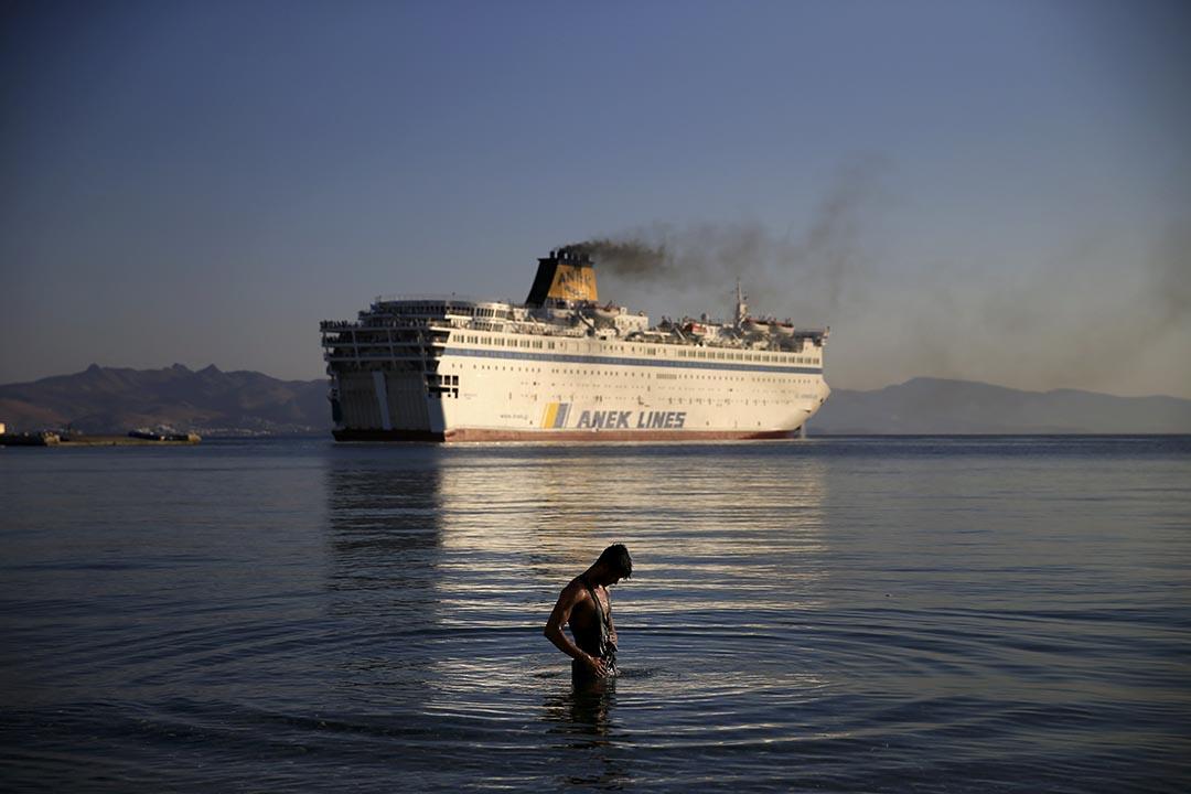 一名難民在希臘科斯島對出海面洗澡並等待機會前往其他歐盟國家。