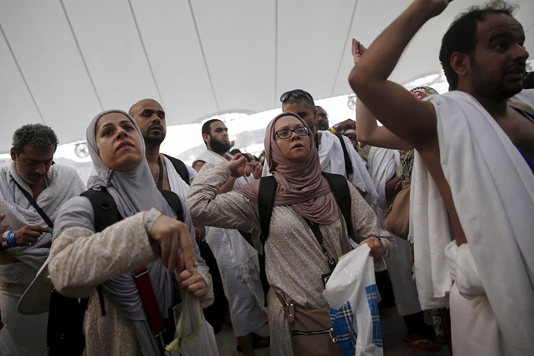 穆斯林朝聖者於朝聖期間投擲石塊。攝 : Ahmad Masood/REUTERS