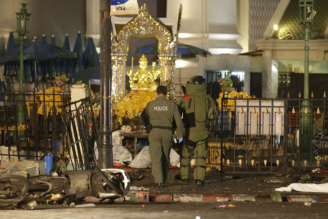 泰國警方爆炸品處理組進入四面佛寺調查。