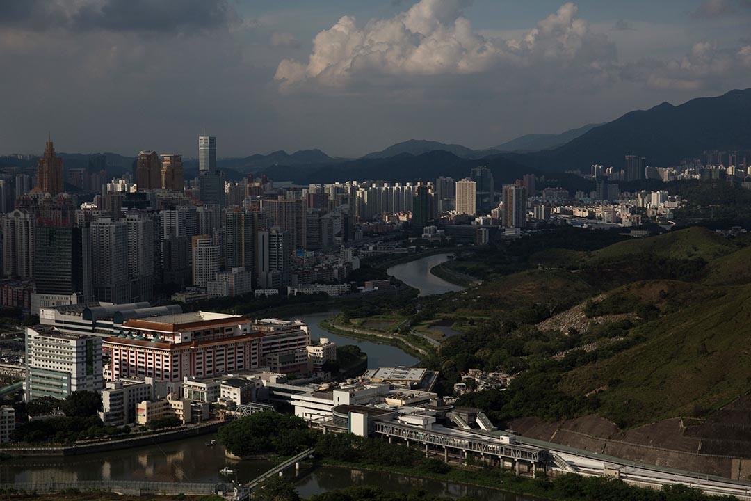 鄺健銘:香港人理應掌握人口政策、監管港中邊界的自主權。圖為香港(右)與深圳(左)的邊境。 攝:盧翊銘/端傳媒