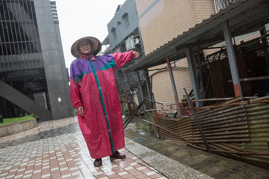 楊正吉將竹籬笆插在自己剩下的土地上,圍着美河市的公共空間,作為一種無聲的抗議。攝:張國耀/端傳媒