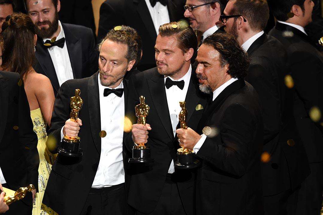 《復仇勇者》的攝影師艾曼努爾·盧貝茲基(Emmanuel Lubezki)、最佳男主角的里安納度(Leonardo DiCaprio)與導演艾力謝路·高沙里斯(Alejandro González)在頒獎禮合照。攝 : Kevin Winter/GETTY