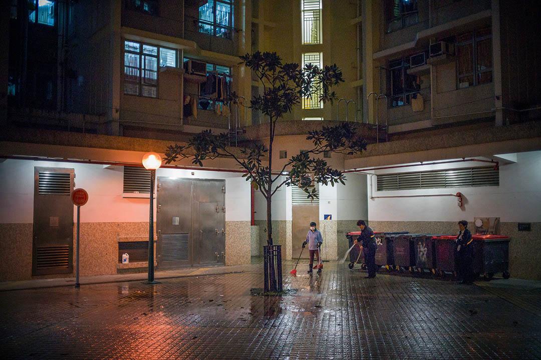 2016年3月9日,香港,一名20歲男子傍晚在黃大仙上邨啟善樓跳樓身亡,圖為清潔工人在清理案發現場。攝:葉家豪/端傳媒