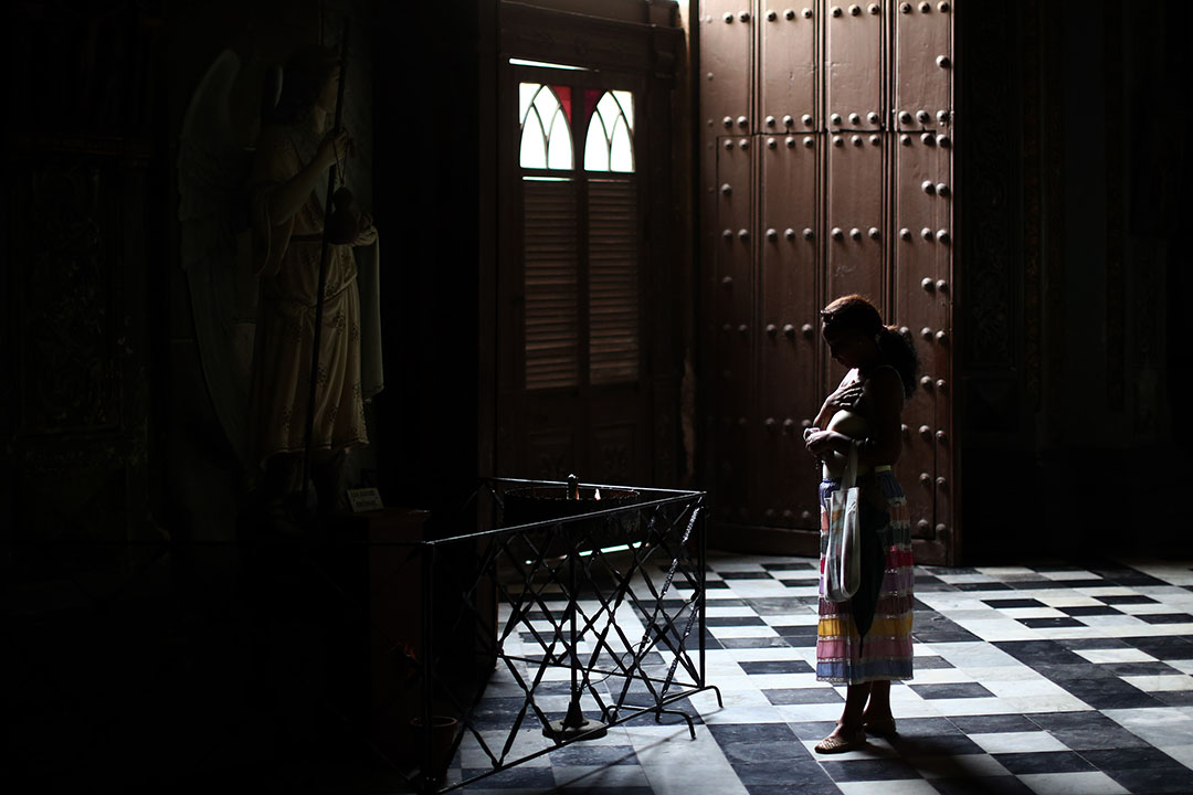 一名婦人在夏灣拿一所教堂祈禱,教宗即將訪問古巴。攝: Carl Court/GETTY