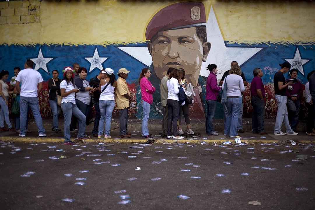 委內瑞拉選民排隊等待投票,壁畫為已故總統查韋斯。攝 : Ariana Cubillos/AP