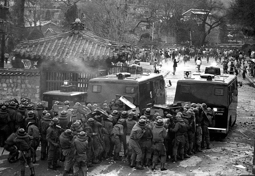 韓國,成均館大學學生示威,高喊著「解除非常戒嚴令」、「打倒新軍部」,並與執行鎮壓任務的戰鬥警察展開抗爭。