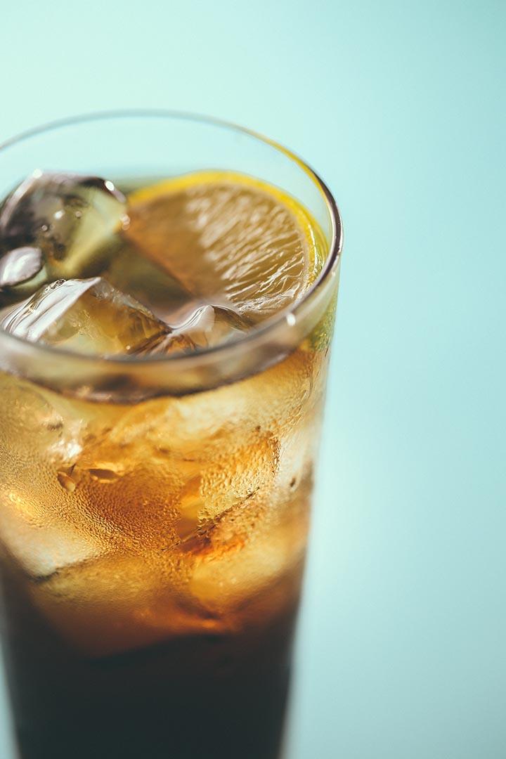 Long Island Iced Tea 用上 5 種酒,分別是 Vodka 、 Gin 、 Rum 、 Tequila 及 Triple Sec ,並且是相若分量,調製出來不但沒有火星撞地球,各種性格明顯的酒竟然完美融合。攝:黃嘉豪/端傳媒