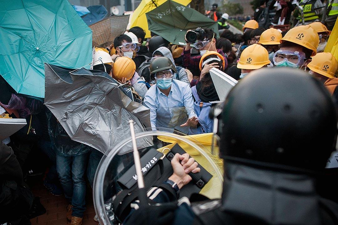 陳永政:雨傘運動過後,社會全面撕裂。圖為去年12月1日,佔領運動示威者佔據龍和道後被警察驅趕。 攝:Antony Kwan/ Getty