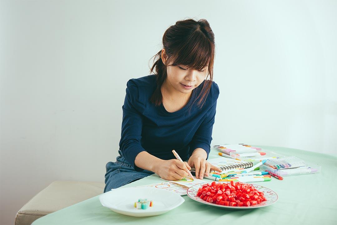 每次 Bonnie 都會先手繪糖果樣辦 攝:王嘉豪/端傳媒