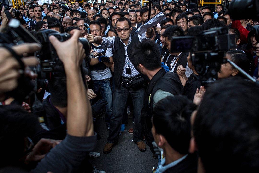 美中經濟暨安全檢討委員會報告指香港過去一年政治、新聞與學術自由每況愈下。圖為2014年雨傘運動中警方要求傳媒讓路。攝 : Chris Mcgrath/GETTY