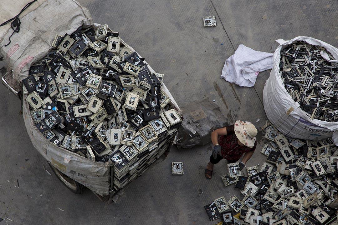 2015年6月,廣東貴嶼有逾5,000間電子垃圾及塑膠拆解回收場,鎮中有約13萬居民,其中六萬人從事回收業,每年拆解的垃圾超過100萬噸。
