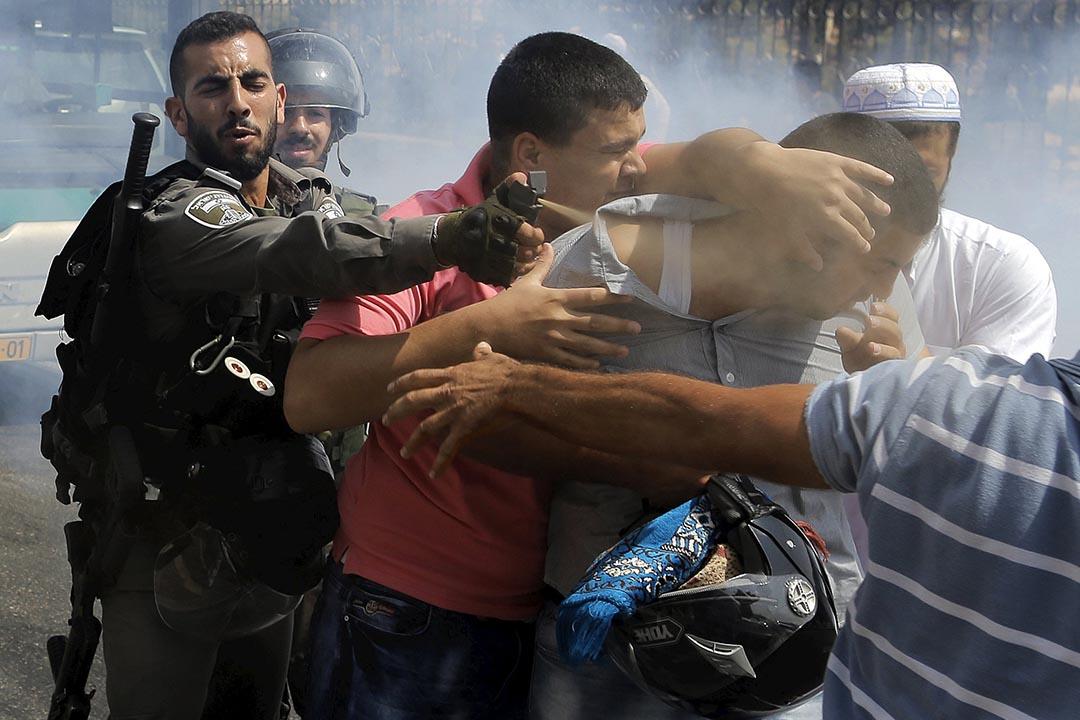 2015年月10月2日 東耶路撒冷 以色列邊防警察向一名巴勒斯坦人使用胡椒噴霧。 攝:Ammar Awad/REUTERS