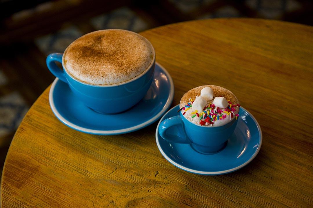 Cappuccino $38 Fluffy $15,前者略嫌淡味了少許,後者則極受孩子歡迎,朱古力、棉花糖加七彩糖,十分搶眼。攝:羅國輝/端傳媒