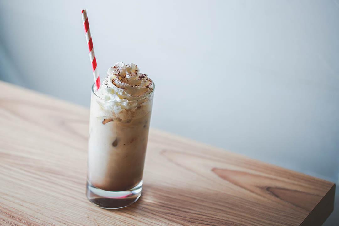 Spanish Coffee 單是傾斜造型已夠煞食,是今次 pop up cafe 的點題飲品。攝:王嘉豪/端傳媒