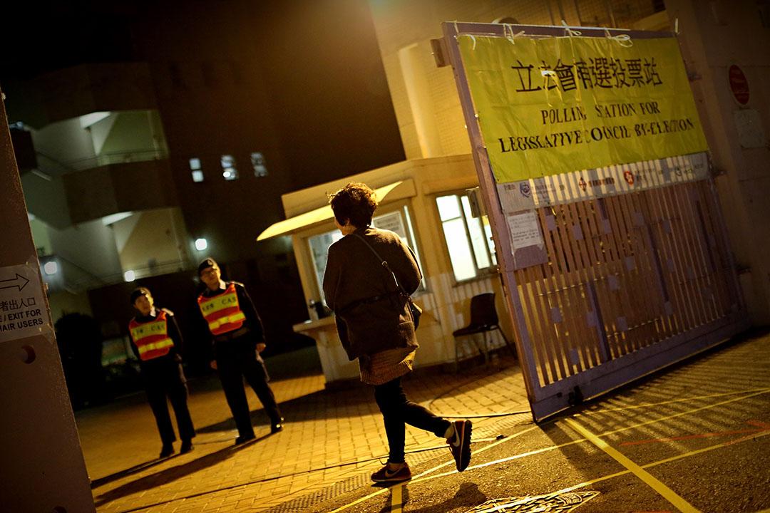 選民在晚上十時半趕往調景嶺香海正覺蓮社佛教正覺中學票站投票。攝: 盧翊銘/端傳媒