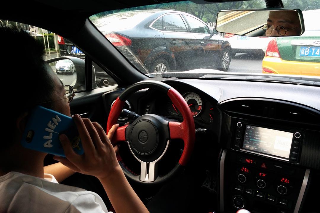 像王師傅那樣開車拉活,對香港八十後文青來說,除了「心理障礙」,更難是,首先你能養起一輛車。(攝:阿 Lo)