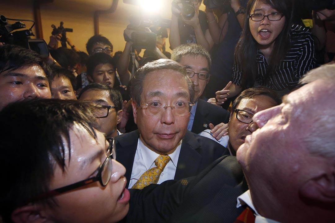 港大校委李國章嘗試離開會議室。攝: Kin Cheung/AP