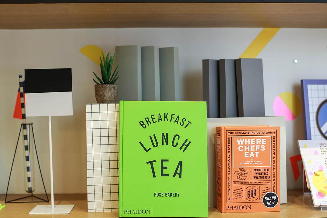 書本是 Flora 自家珍藏,放滿餐廳的架上。攝:王嘉豪/端傳媒