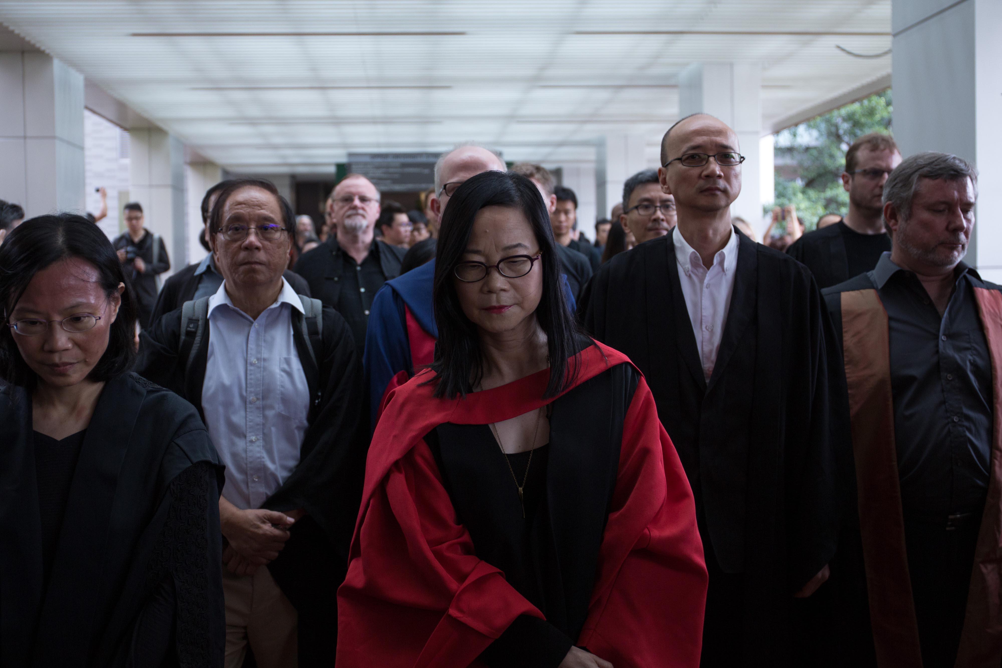 2015年10月6日,港大法律學系主任何錦璇(左一)與一同發起靜默遊行的何式凝博士(中)、陳祖為教授(右二)帶領師生在香港大學校園內遊行。攝:盧翊銘/端傳媒
