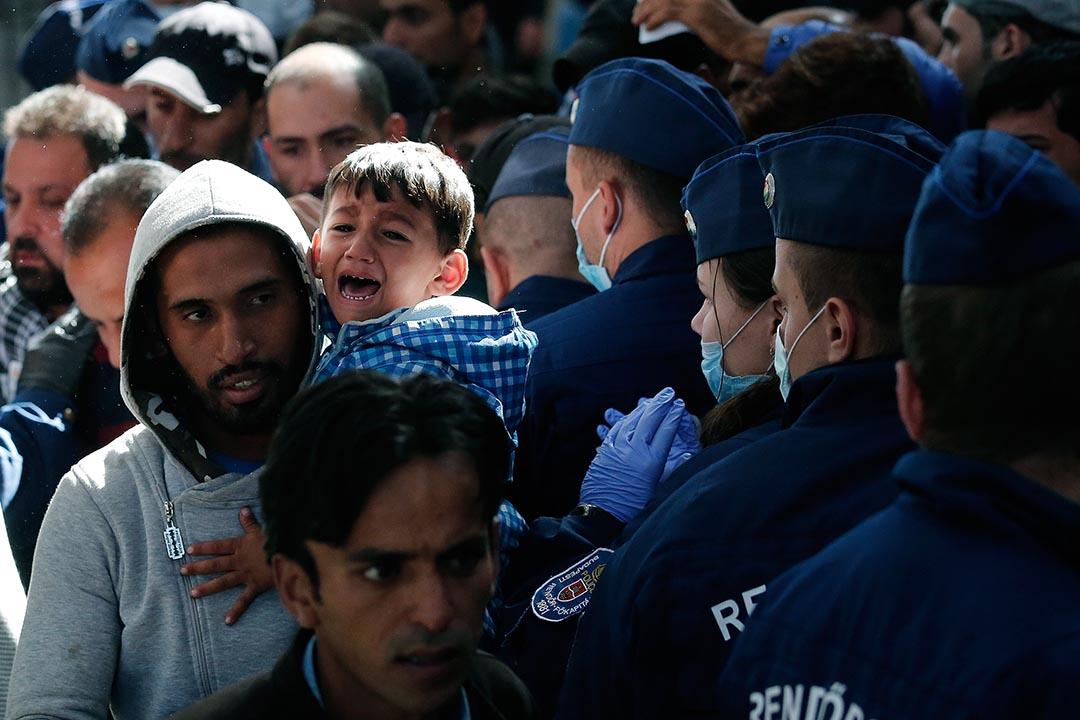 匈牙利將只想取道該國過境的難民驅趕上火車、強行送往該國收容中心。攝: Win McNamee/GETTY