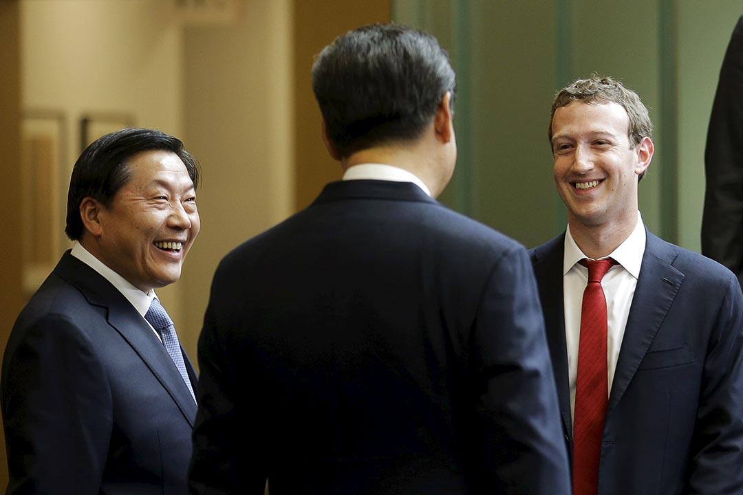 第8屆中美互聯網論壇在美國西雅圖的微軟公司總部舉行,圖為中國國家互聯網信息辦公室主任魯煒、國家主席習近平和 Facebook 總裁朱克伯格(Mark Zuckerberg)。攝 : Ted S. Warren/Pool/REUTERS