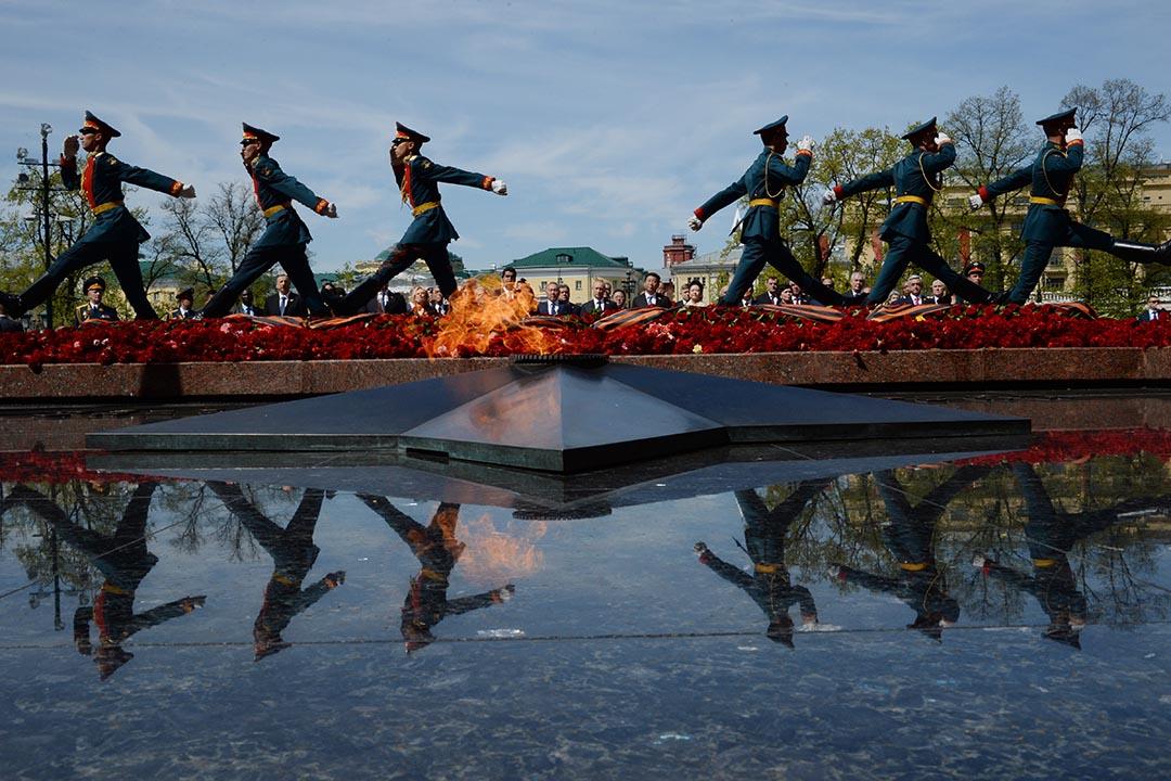 普京與習近平一同出席俄羅斯衛國戰爭70週年紀念活動。攝 : Host photo agency / RIA Novosti via Getty Images