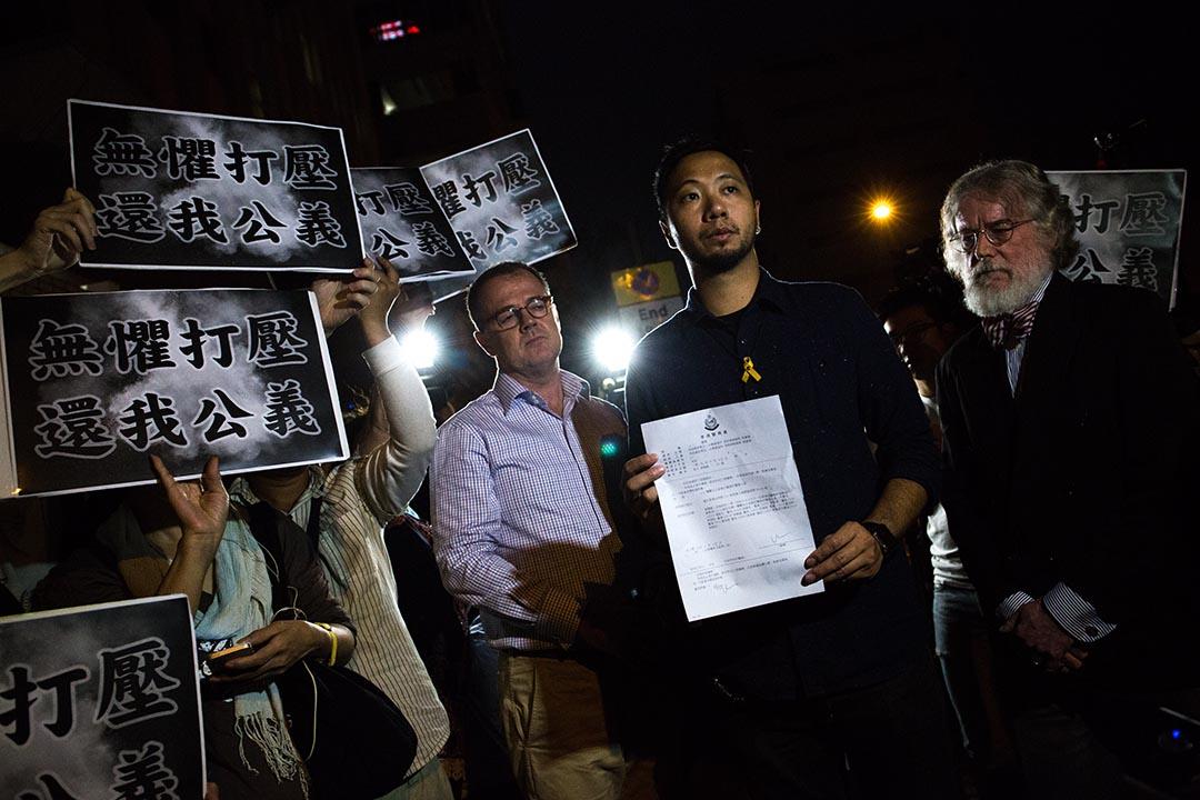 2015年10月15日,公民黨成員曾健超到中區警署報到。 攝:盧翊銘/端傳媒