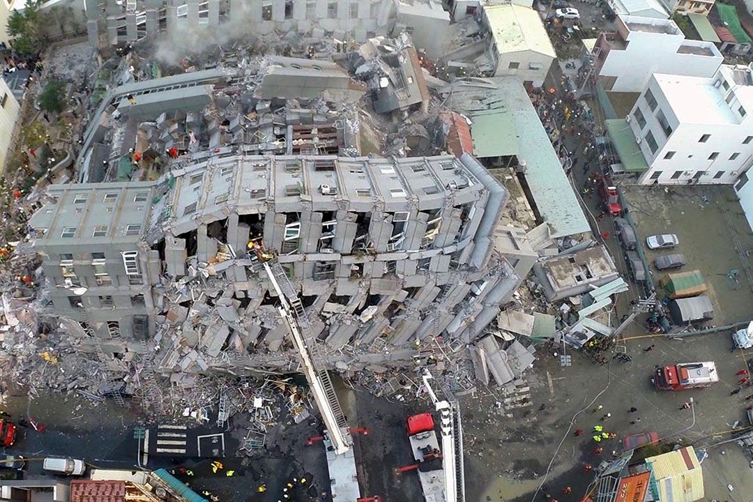 台南永康區的維冠金龍大樓在地震後整棟崩塌。攝:Xinhua/REUTERS