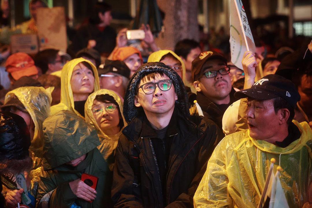 2016年1月15日,台北,蔡英文支持者在選前晚會上激動落淚。攝:Billy H.C. Kwok/端傳媒
