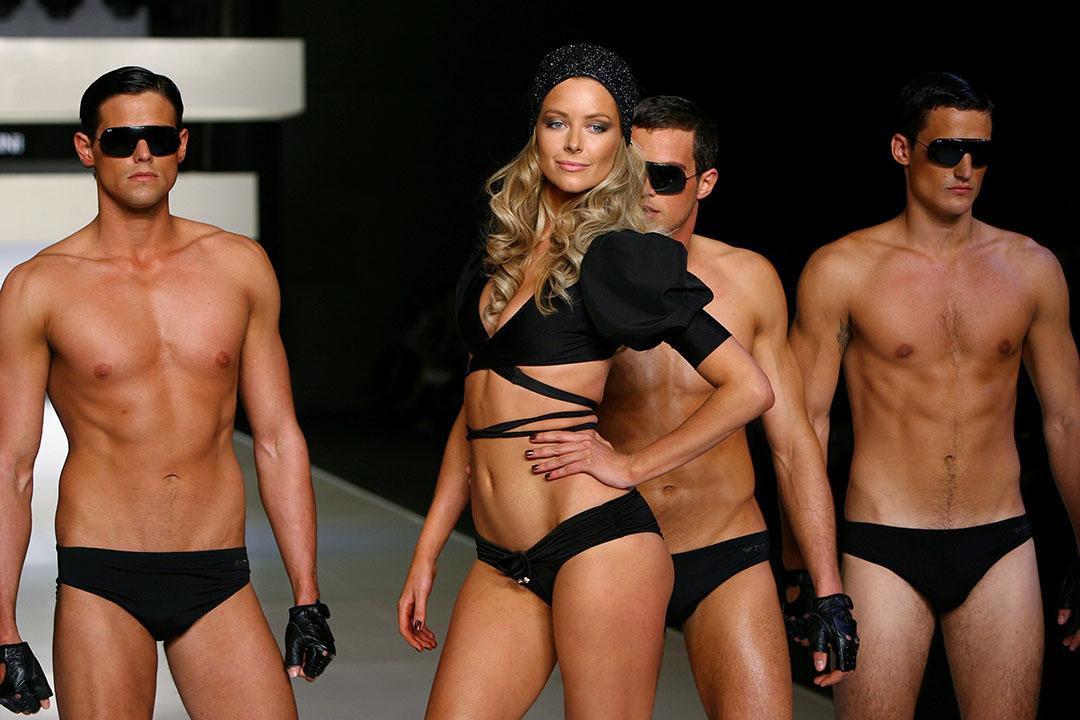 模特兒Jennifer Hawkins與一眾男模特兒在澳洲出席時裝展。攝: Kristian Dowling/GETTY