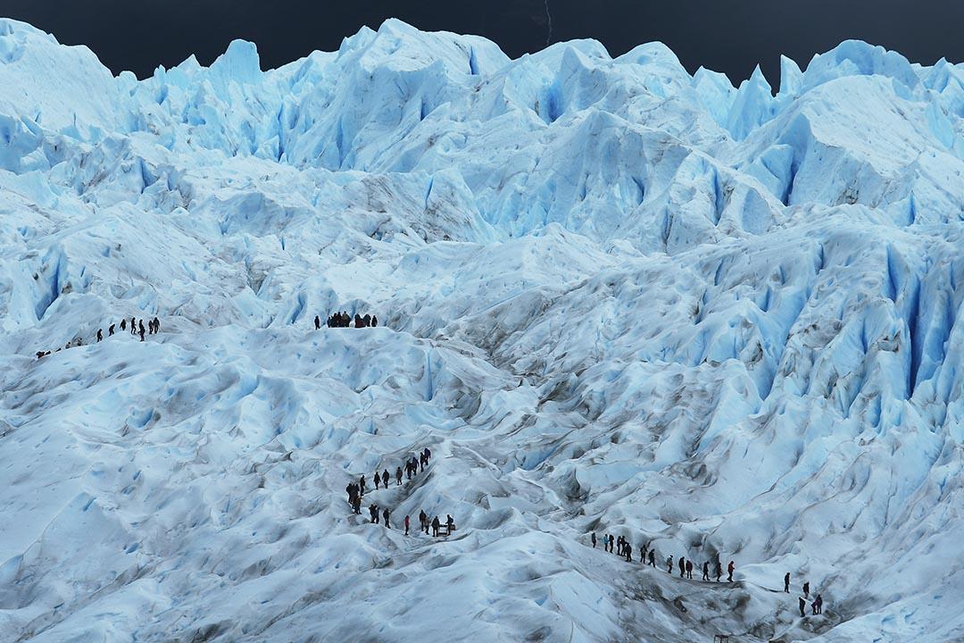 2015年11月30日,登山者走進阿根廷佩里托莫雷諾冰川上。攝:Mario Tama/Getty