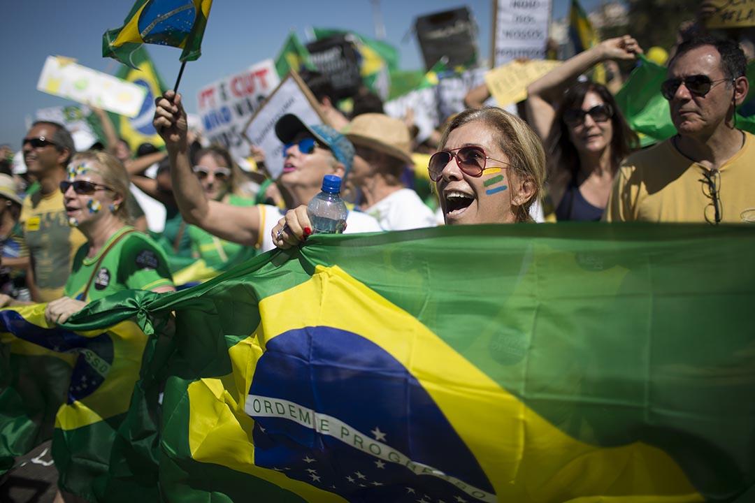 示威者揮旗高喊反政府口號,要求巴西總統迪爾瑪·羅塞夫(Dilma Vana Rousseff)下台。 攝 : Leo Correa/AP