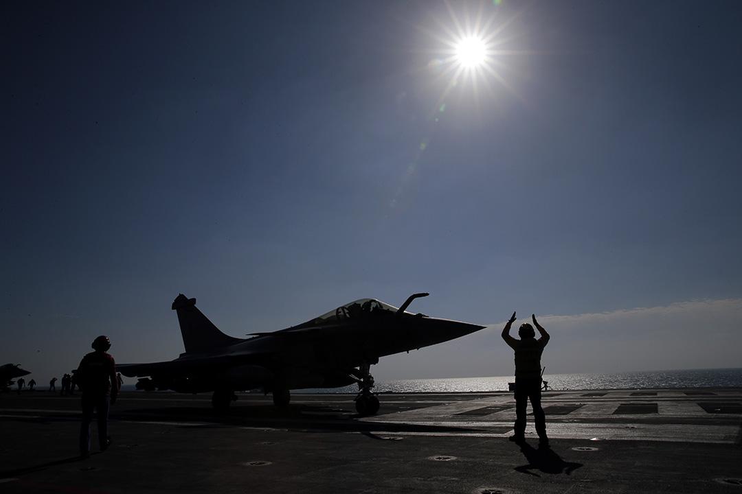 2016年1月12日,波斯灣,一艘法國戰機在法國駐波斯灣戴高樂航空母艦上起飛。戴高樂航空母艦在去年11月起加入美國為首的陣營,對伊拉克和敘利亞一帶的恐怖分子基地發動空襲。攝:Christophe Ena/AP